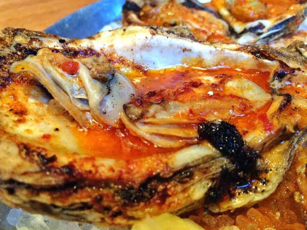 Ostiones asados con leña con mantequilla de ajo, Cochon Restaurante, Nueva Orleans