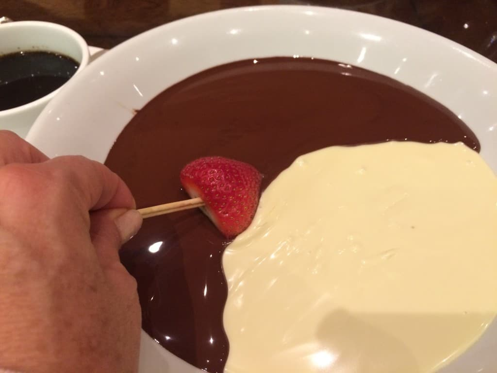 Fondue de chocolate blanco y obscuro, La Mesa del Chef, en el Buffet del Bellagio
